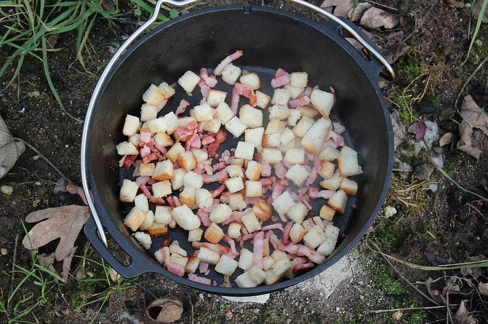 Die Toastwürfel werden im Baconfett angeröstet kartoffelsuppe-Kartoffelsuppe Dutch Oven 02-Kartoffelsuppe mit Bacon-Croutons