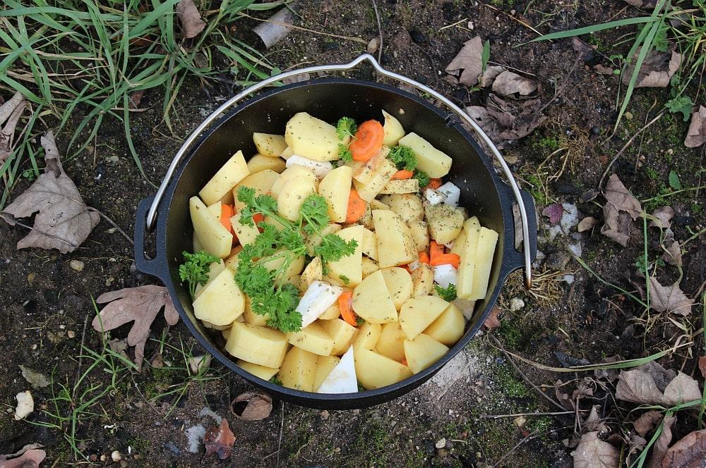 Kartoffeln und Gemüse werden hinzugegeben kartoffelsuppe-Kartoffelsuppe Dutch Oven 03-Kartoffelsuppe mit Bacon-Croutons