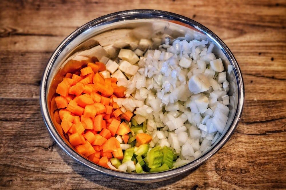 Das Gemüse wird klein geschnitten beef hammer-Beef Hammer geschmorte Rinderhaxe 03-Beef Hammer – Rezept für geschmorte Rinderhaxe