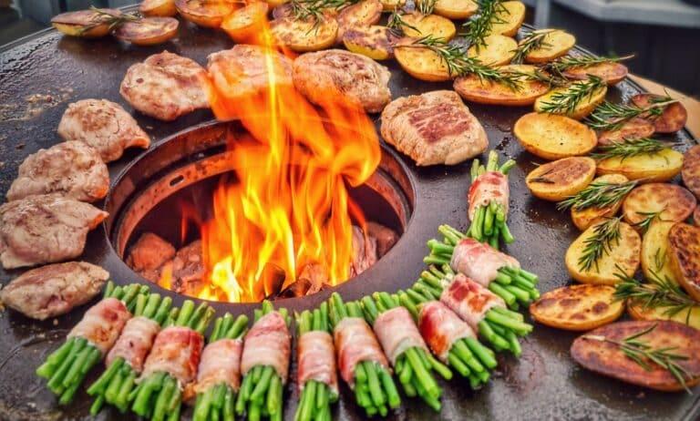 Cuscino vom Kräuterschwein mit Speckbohnen und Rosmarinkartoffeln