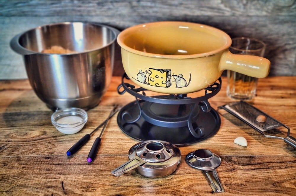Das Käsefondue wird im Caquelon zubereitet käsefondue-Kaesefondue 04-Käsefondue – 5 Tipps für das perfekte Schweizer Käsefondue