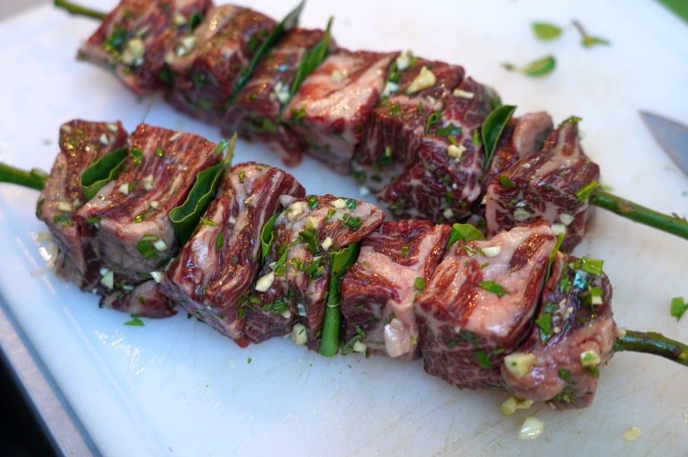 Die Spieße sind bereit für den Grill espetadas-Espetadas Portugiesische Rindlfeischspiesse Lorbeer 03-Espetadas – Portugiesische Rindfleischspieße mit Lorbeer