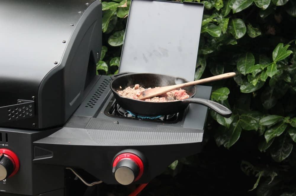 Die Hackfleisch-Füllung wird auf dem Seitenkocher des Grills zubereitet crunchy jalapeño-poppers-Crunchy Jalapeno Poppers 02-Crunchy Jalapeño-Poppers mit Hackfleisch-Käse-Füllung