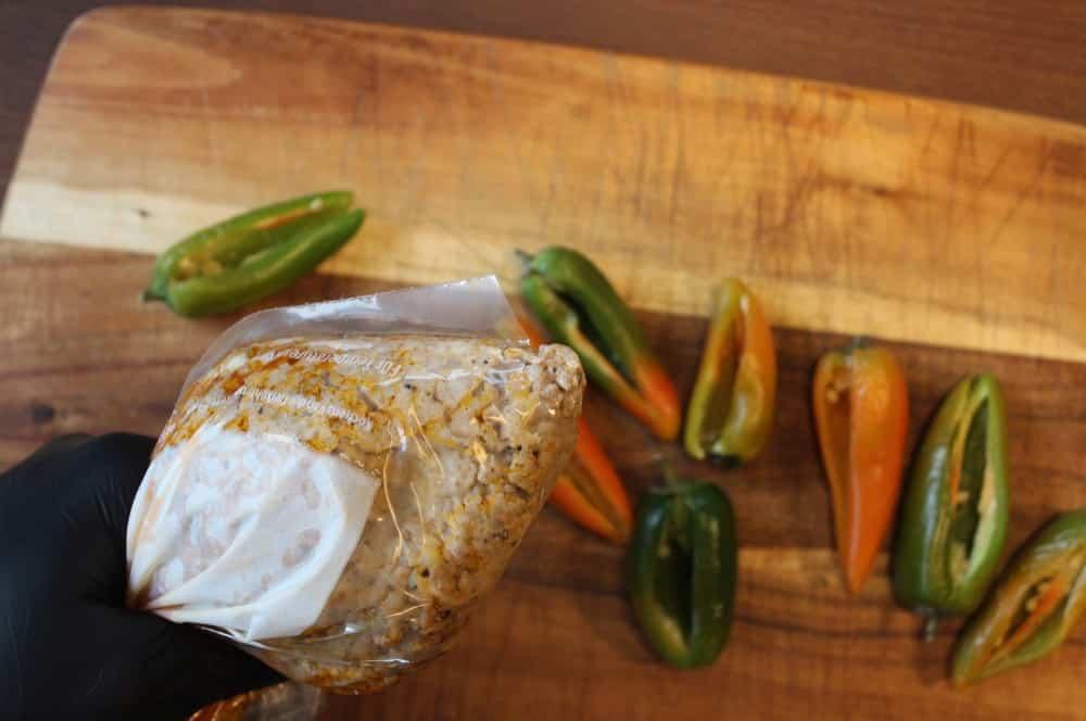 Die Jalapeños werden gefüllt crunchy jalapeño-poppers-Crunchy Jalapeno Poppers 03-Crunchy Jalapeño-Poppers mit Hackfleisch-Käse-Füllung