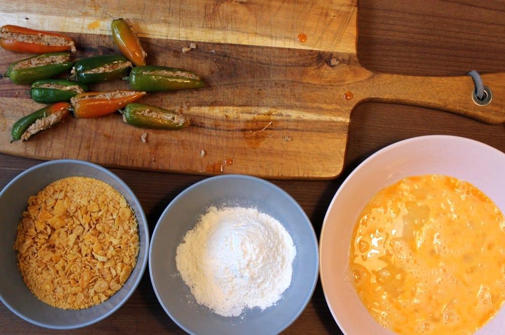 Die Panierstraße für unsere crunchy Jalapeño-Poppers wird vorbereitet crunchy jalapeño-poppers-Crunchy Jalapeno Poppers 04-Crunchy Jalapeño-Poppers mit Hackfleisch-Käse-Füllung