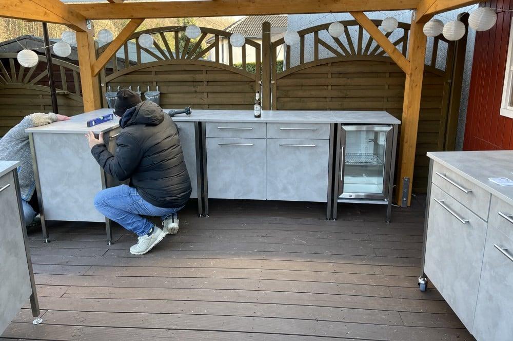 Das Ausrichten per Wasserwaage ist unerlässlich für eine waagerechte Küchenzeile der eckat-Der Eckat Moebel fuer Draussen 18-Der Eckat – Möbel für draußen