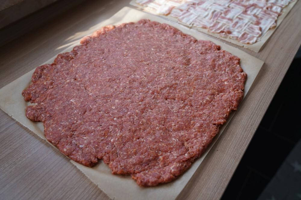 Ein 1 cm dicker Hackfleisch-Teppich wird ausgelegt maultaschen bacon bomb-Maultaschen Bacon Bomb 02-Maultaschen Bacon Bomb