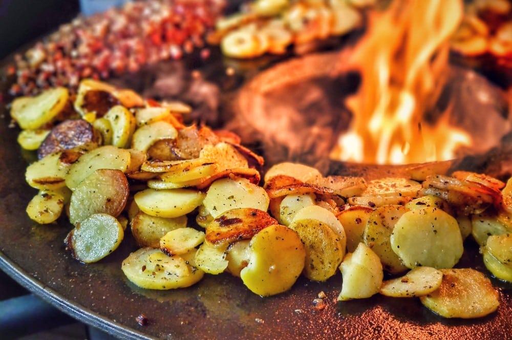 Bratkartoffeln auf der Moesta BBQ-Disk Feuerplatte bratkartoffeln-Bratkartoffeln knusprig schnell einfach 04-Bratkartoffeln – knusprig, schnell & einfach zubereiten bratkartoffeln-Bratkartoffeln knusprig schnell einfach 04-Bratkartoffeln – knusprig, schnell & einfach zubereiten