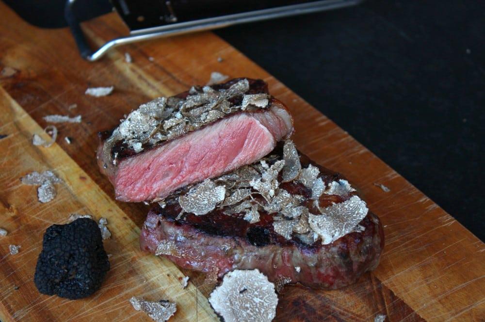 Das Trüffel-Steak wird serviert trüffel-steak-Trueffel Steak 02-Trüffel-Steak – Irisches Roastbeef trifft auf gehobelten Trüffel trüffel-steak-Trueffel Steak 02-Trüffel-Steak – Irisches Roastbeef trifft auf gehobelten Trüffel