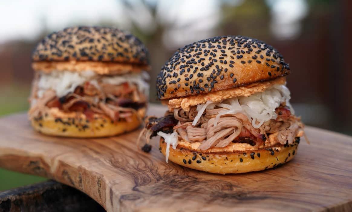 Pulled Pork Burger griechisch griechischer pulled pork burger-Griechischer Pulled Pork Burger-Griechischer Pulled Pork Burger mit Fetacreme