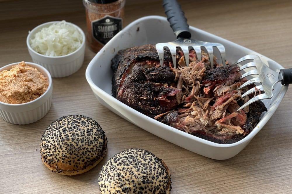 Griechischer Pulled Pork Burger: Alle Zutaten auf einen Blick griechischer pulled pork burger-Griechischer Pulled Pork Burger 03-Griechischer Pulled Pork Burger mit Fetacreme