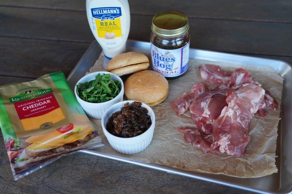 Alle Zutaten für den Kachelfleisch-Burger auf einen Blick kachelfleisch-burger-Kachelfleisch Burger 01-Kachelfleisch-Burger mit Balsamico-Zwiebeln
