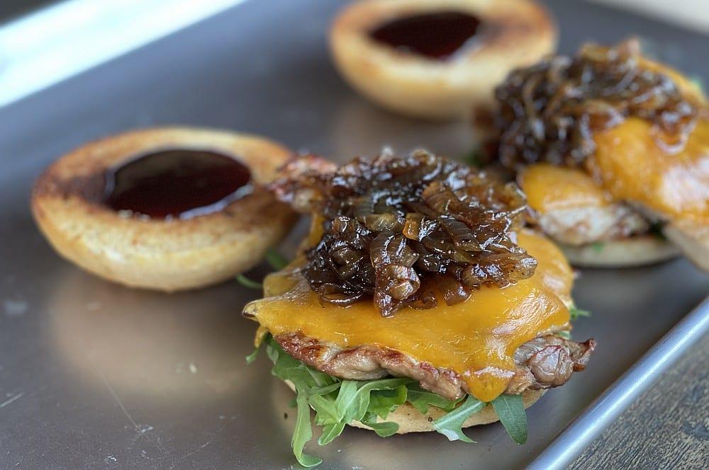 Der Kachelfleisch-Burger wird zusammengebaut kachelfleisch-burger-Kachelfleisch Burger 05-Kachelfleisch-Burger mit Balsamico-Zwiebeln