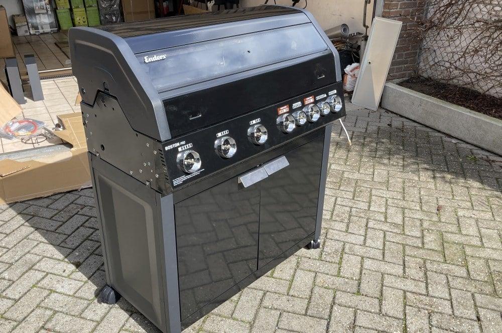 Die Grillkammer wird auf den Unterschrank aufgesetzt aldi-grill-Aldi Grill Enders Boston Black Pro 6 SIKR Turbo II Gasgrill 05-ALDI-Grill: Enders Boston Black Pro 6 SIKR Turbo II für 579€ ab 25.03.