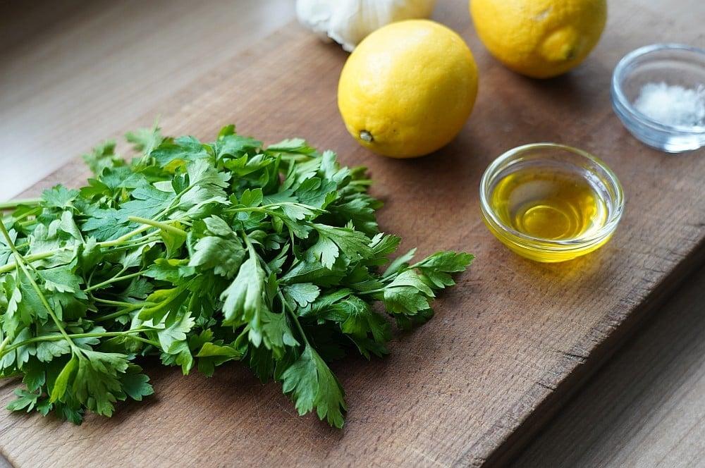 Alle Zutaten für Gremolata auf einen Blick gremolata-Gremolata Zitrone Petersilie 01-Gremolata – Rezept für die Kräuter-Würzmischung aus der Lombardei