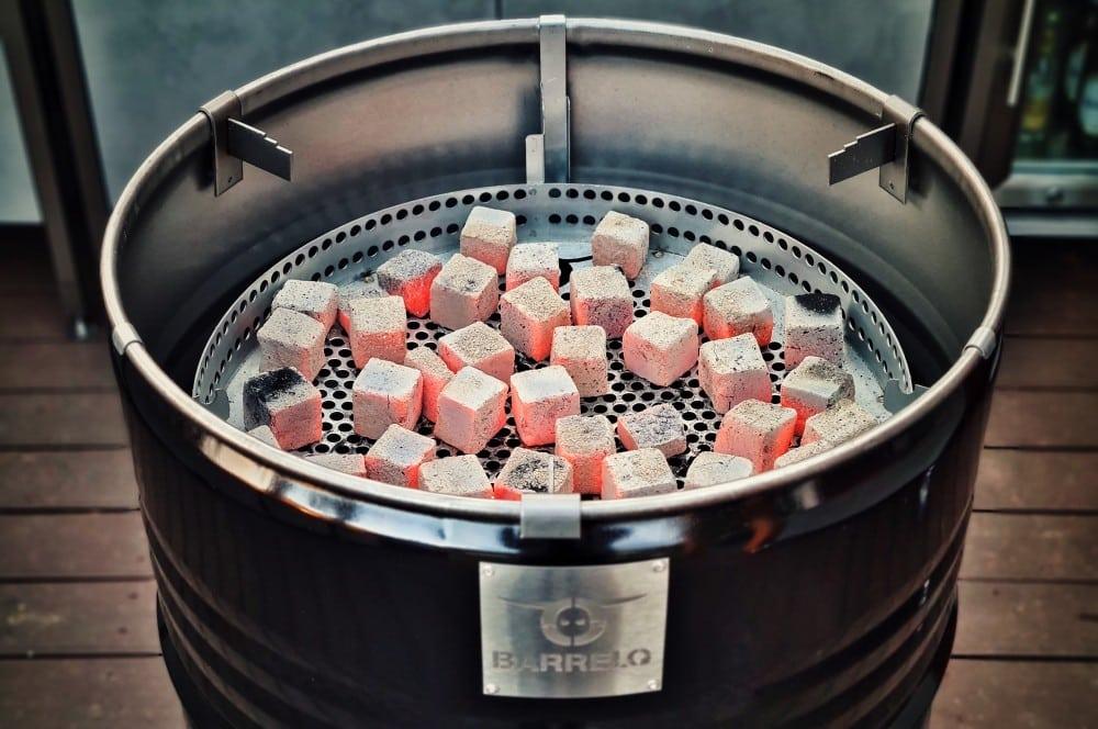 Der Feuerkorb wird mit Kokoko Cubes gefüllt barrelq big barbecue grillfass-BarrelQ Barbecue Grillfass Teppanyaki 09-BarrelQ Big Barbecue Grillfass mit Teppanyaki-Platte