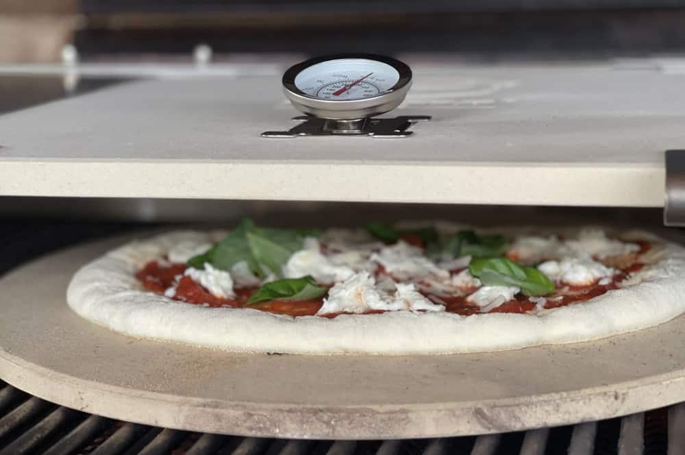 Die Pizza wird eingeschoben moesta-bbq pizzacover flex-Moesta BBQ Pizzacover Flex 2021 06-Moesta-BBQ Pizzacover Flex 2021 im BBQPit-Test