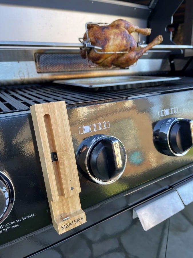 Das kabellose MEATER+ Grillthermometer ist ideal für den Einsatz auf der Rotisserie knuspriges grillhähnchen-Grillhaehnchen Rotisserie Drehspiess 03-Knuspriges Grillhähnchen von der Rotisserie