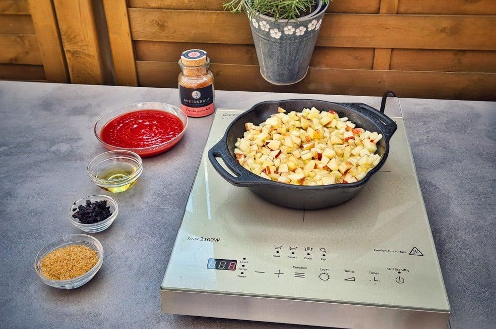 Die Apfelwürfel werden angebraten bbq-relish-BBQ Relish 03-BBQ-Relish – Das fruchtige Topping für Steaks und Burger bbq-relish-BBQ Relish 03-BBQ-Relish – Das fruchtige Topping für Steaks und Burger