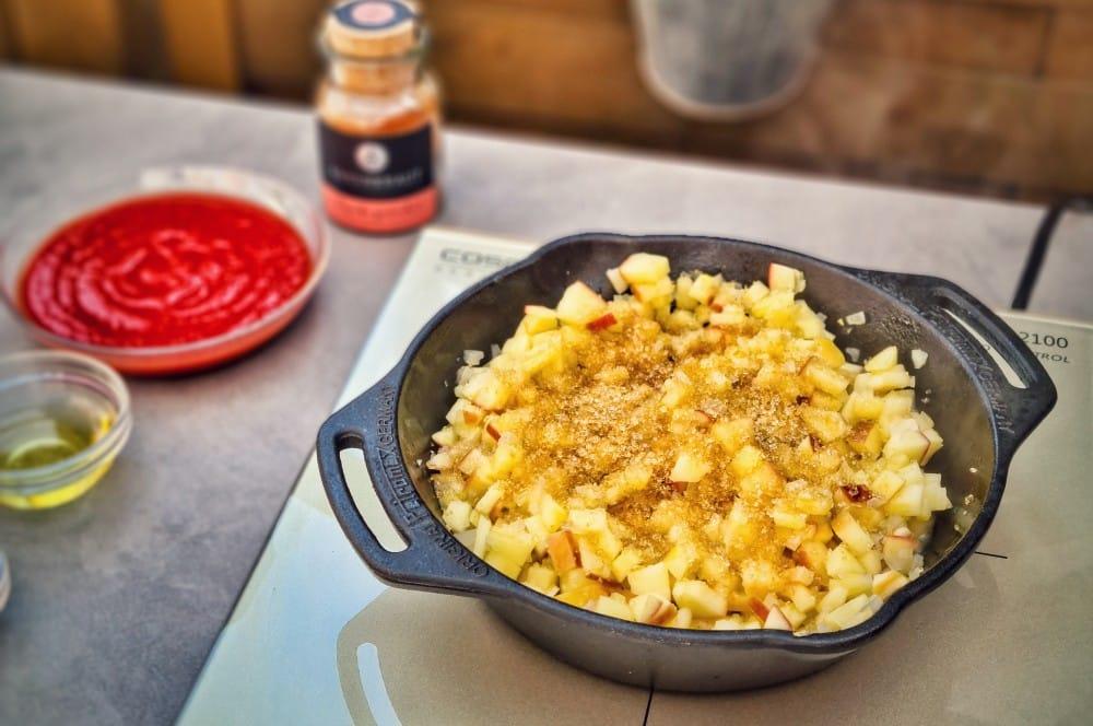 Mit dem braunen Zucker werden die Äpfel karamellisiert bbq-relish-BBQ Relish 04-BBQ-Relish – Das fruchtige Topping für Steaks und Burger bbq-relish-BBQ Relish 04-BBQ-Relish – Das fruchtige Topping für Steaks und Burger