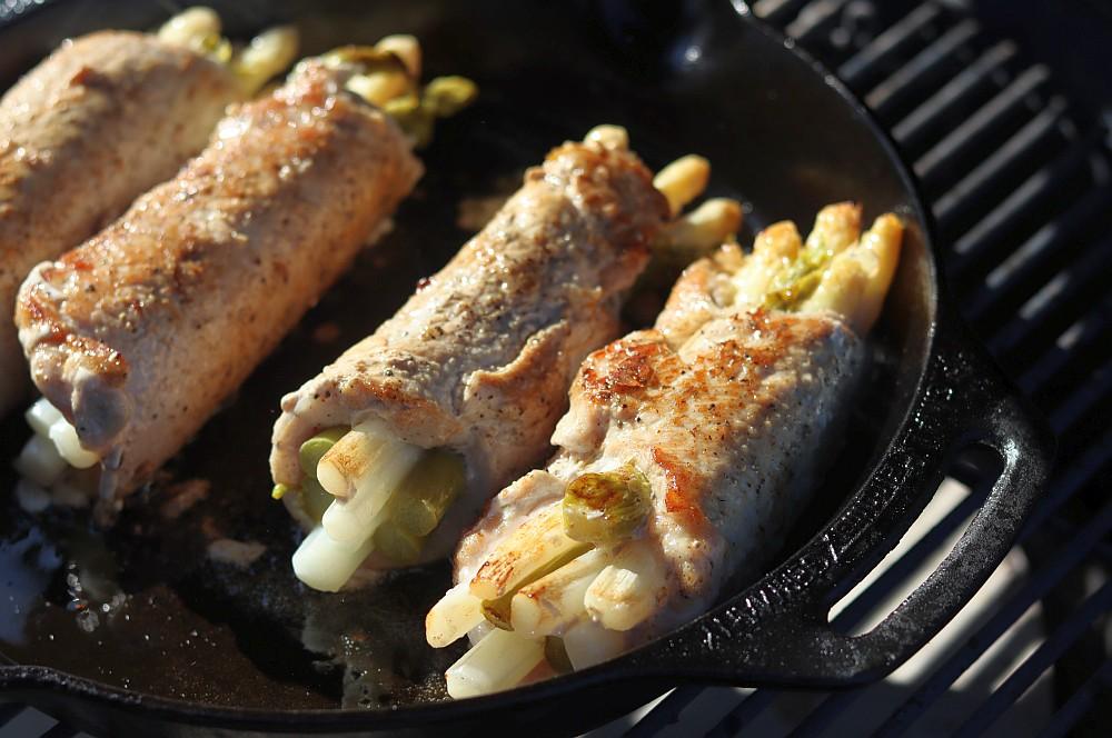 Die Spargel-Schnitzelröllchen werden in Butterschmalz angebraten schnitzel-spargel-auflauf-Schnitzel Spargel Auflauf 04-Schnitzel-Spargel-Auflauf mit Sauce Hollandaise schnitzel-spargel-auflauf-Schnitzel Spargel Auflauf 04-Schnitzel-Spargel-Auflauf mit Sauce Hollandaise