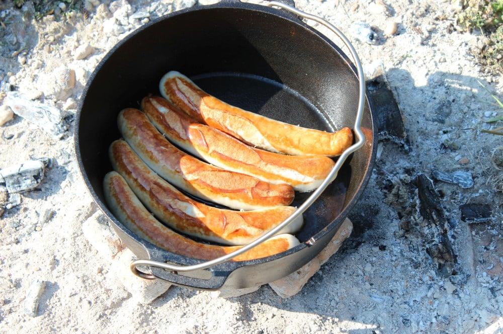Die Bratwürste werden im Dutch Oven angebraten currywurst-topf-Currywurst Topf Dutch Oven 02-Currywurst-Topf aus dem Dutch Oven currywurst-topf-Currywurst Topf Dutch Oven 02-Currywurst-Topf aus dem Dutch Oven