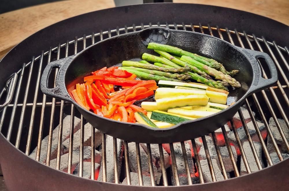 Das Gemüse wird in einer Gusspfanne angebraten kalbs-involtini-Kalbs Involtini 02-Kalbs-Involtini gefüllt mit mediterranem Gemüse kalbs-involtini-Kalbs Involtini 02-Kalbs-Involtini gefüllt mit mediterranem Gemüse