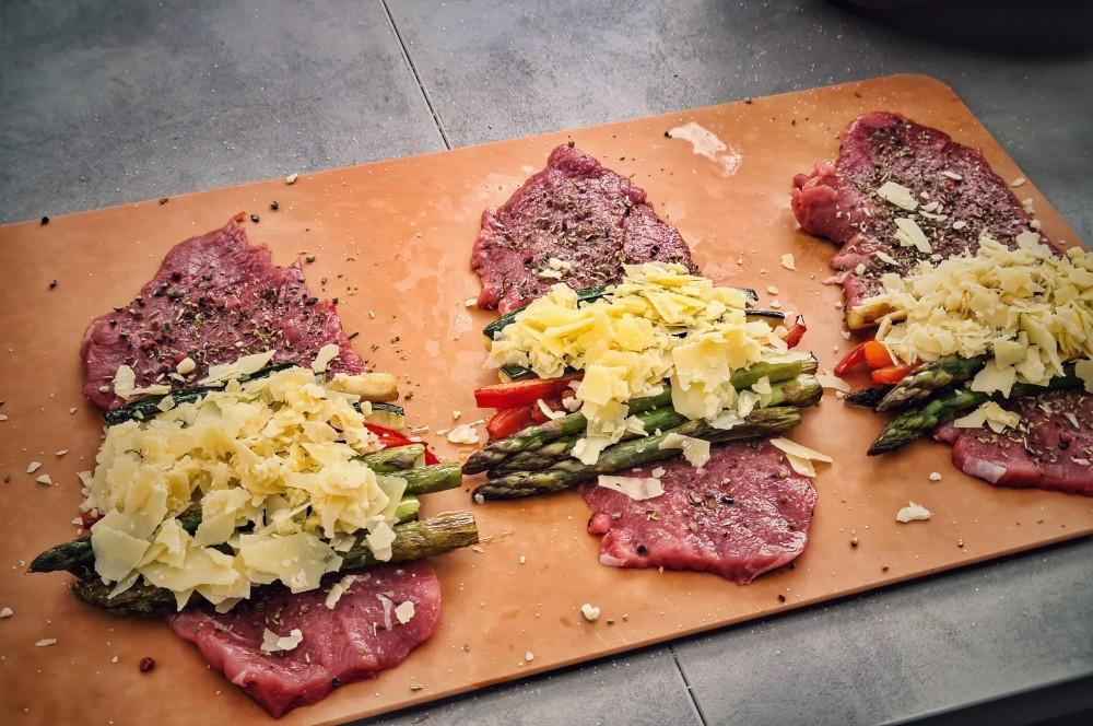 Cheddar Flakes werden auf dem Gemüse verteilt kalbs-involtini-Kalbs Involtini 04-Kalbs-Involtini gefüllt mit mediterranem Gemüse kalbs-involtini-Kalbs Involtini 04-Kalbs-Involtini gefüllt mit mediterranem Gemüse