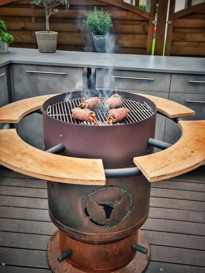 Die Kalbs-Involtini werden auf dem Moesta-BBQ Fire Place gegrillt kalbs-involtini-Kalbs Involtini 05-Kalbs-Involtini gefüllt mit mediterranem Gemüse kalbs-involtini-Kalbs Involtini 05-Kalbs-Involtini gefüllt mit mediterranem Gemüse