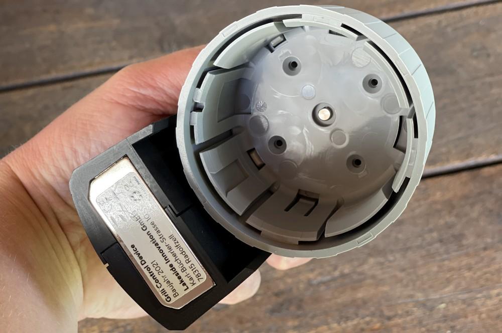 Die Aufnahme wird auf den Gasregler gesteckt grillfürst grill control-Grillfuerst Grillcontrol Test 02-Grillfürst Grill Control  – Die smarte Gasgrill-Steuerung per App