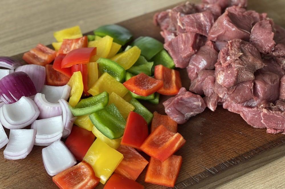 Rinderfilet und Gemüse werden kleingeschnitten rinderfiletspieße-Rinderfiletspiesse 02-Rinderfiletspieße mit Paprika und Zwiebeln rinderfiletspieße-Rinderfiletspiesse 02-Rinderfiletspieße mit Paprika und Zwiebeln