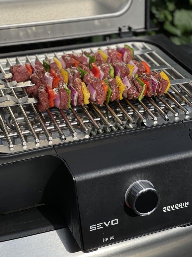 Die Rinderfiletspieße werden auf dem Severin SEVO GTS Smart Control gegrillt rinderfiletspieße-Rinderfiletspiesse 04-Rinderfiletspieße mit Paprika und Zwiebeln rinderfiletspieße-Rinderfiletspiesse 04-Rinderfiletspieße mit Paprika und Zwiebeln