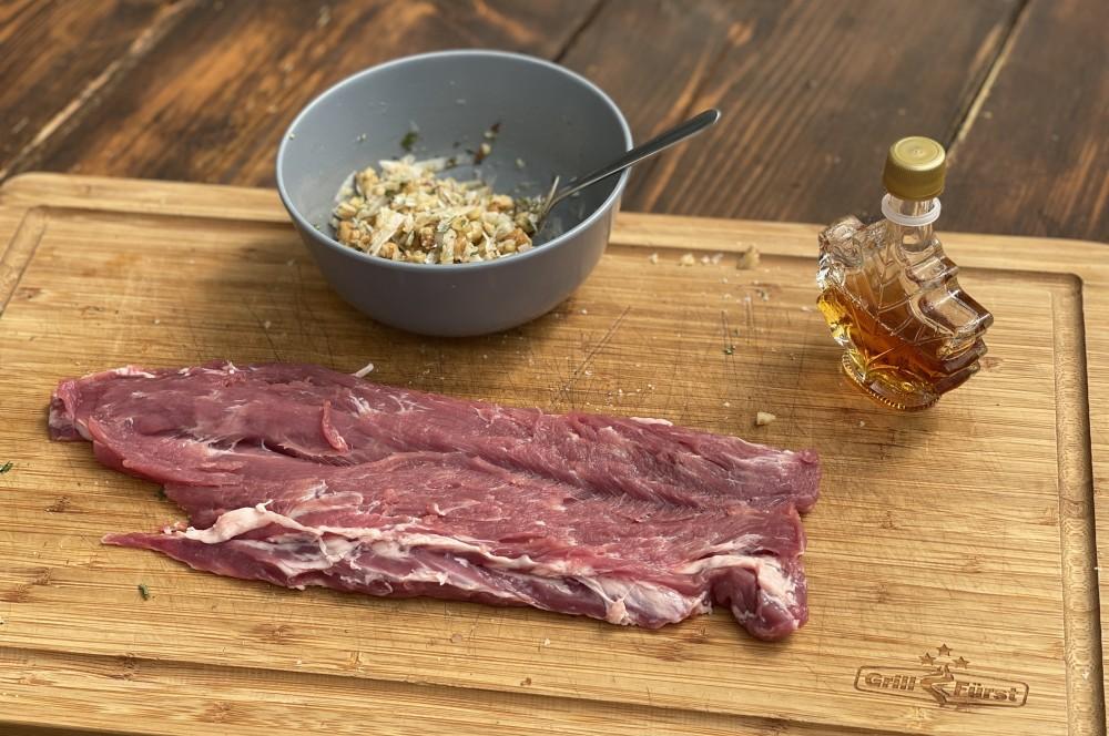 Das Schweinefilet wird aufgeschnitten iberico-schweinefilet-Iberico Schweinefilet Nuesse Ziegenkaese 03-Iberico-Schweinefilet mit Nüssen und Ziegenkäse iberico-schweinefilet-Iberico Schweinefilet Nuesse Ziegenkaese 03-Iberico-Schweinefilet mit Nüssen und Ziegenkäse