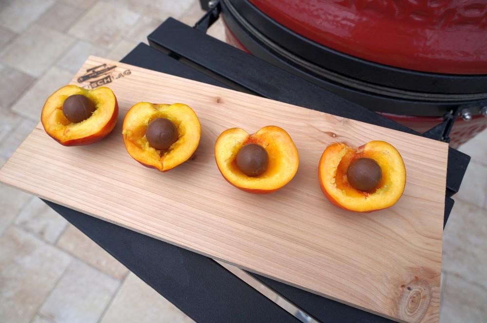 Die Pfirsiche werden halbiert, entkernt und mit je einer Schokokugel gefüllt gefüllte pfirsiche-Gefuellte Pfirsiche Eischneehaube 02-Gefüllte Pfirsiche mit Eischneehaube