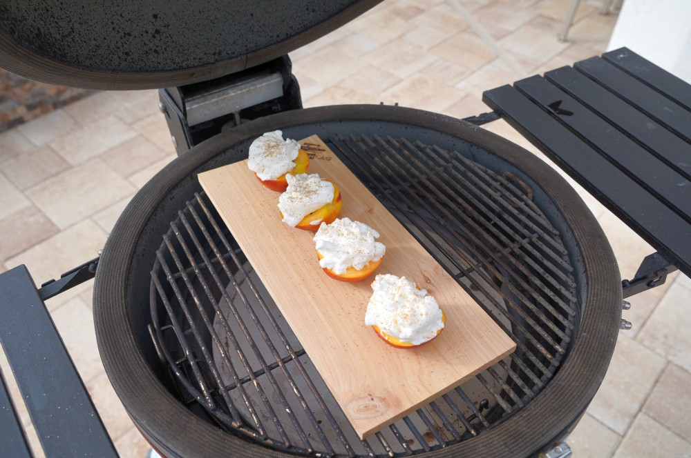 Die gefüllten Pfirsiche werden auf dem Kamado Joe zubereitet gefüllte pfirsiche-Gefuellte Pfirsiche Eischneehaube 03-Gefüllte Pfirsiche mit Eischneehaube