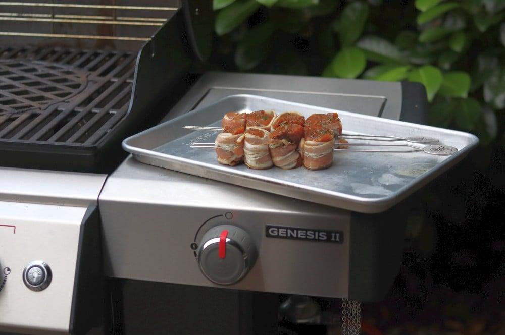 Die Medaillons werden auf Doppelspieße gesteckt schweinefiletspieße-Schweinefiletspiesse im Speckmantel 04-Schweinefiletspieße mit Bacon