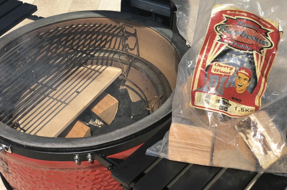 Kirschholz-Chunks werden auf der Kohle verteilt honey mustard ribs-Honey Mustard Ribs 02-Honey Mustard Ribs – Rippchen mit Honig-Senf-Rub und Sauce