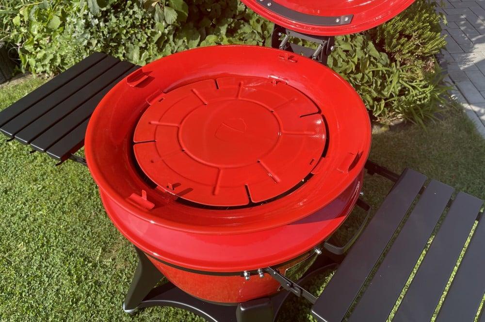 In den SloRoller wird eine Deflektorplatte eingelegt kamado joe kettle joe-Kamado Joe Kettle Joe 12-Kamado Joe Kettle Joe im BBQPit-Test