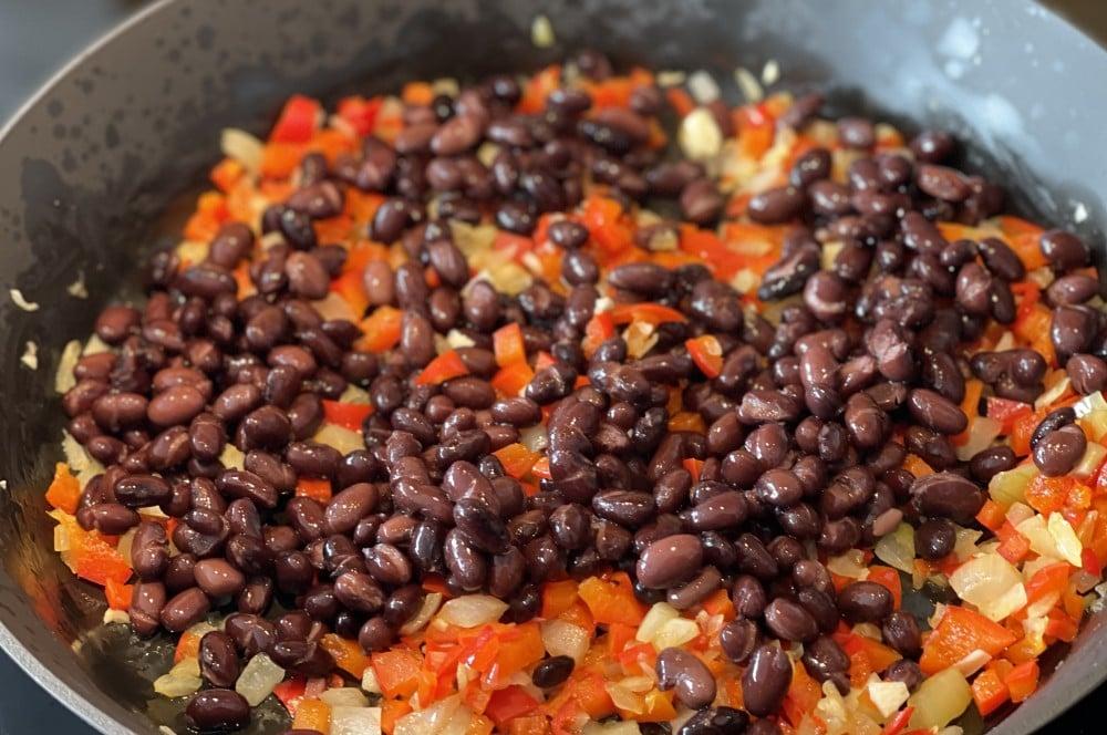 Das Gemüse wird in einer Pfanne angebraten huevos rancheros-Huevos Rancheros 02-Huevos Rancheros – Rezept für das mexikanische Eier-Frühstück