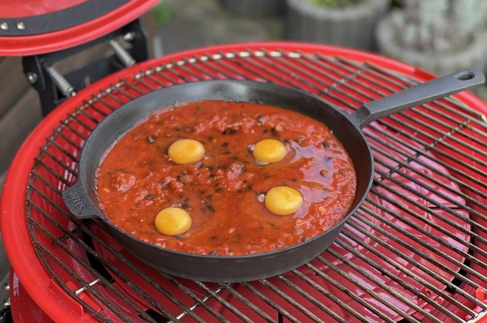 Vier Eier werden in die Pfanne gegeben huevos rancheros-Huevos Rancheros 04-Huevos Rancheros – Rezept für das mexikanische Eier-Frühstück